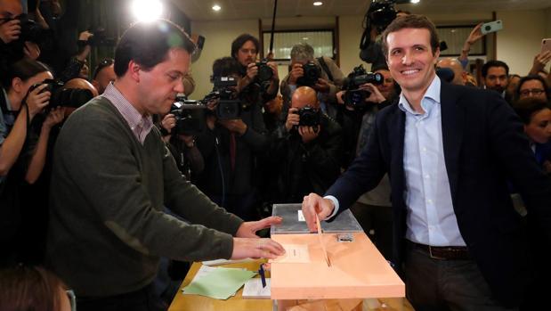 El candidato del PP a la presidencia del Gobierno, Pablo Casado, ejerce su derecho al voto