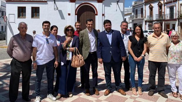 El alcalde de Lora del Río, Antonio Enamorado (PP), junto con el presidente de la Junta, Juanma Moreno