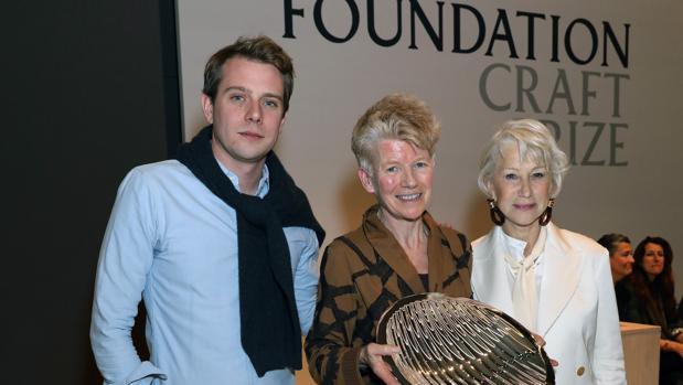 La artista Jennifer Lee junto al director creativo de Loewe, Jonathan Anderson, y la actriz Helen Mirren