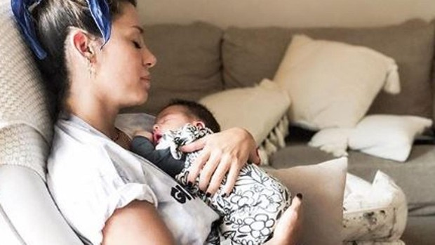 Elena Tablada, tras el parto: «Piernas amoratadas, puntos de la cesárea, ojeras y pechos doloridos»