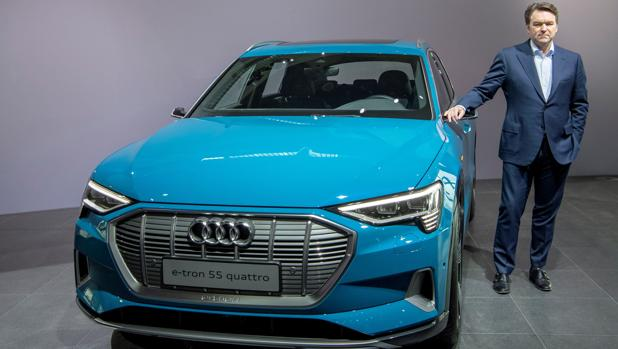 Bram Schot, junto al Audi e-tron eléctrico