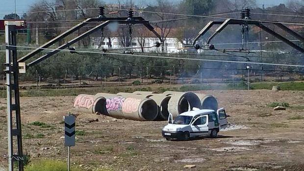 Un vehículo propiedad de la Junta de Andalucía, en el entorno del fuego