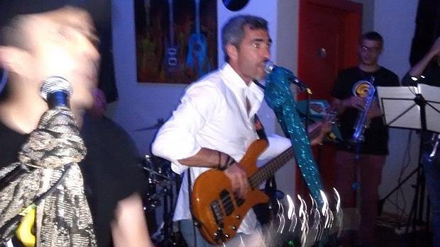 El alcalde socialista de Benalmádena, vocalista del grupo «Cucaracha Dandí»