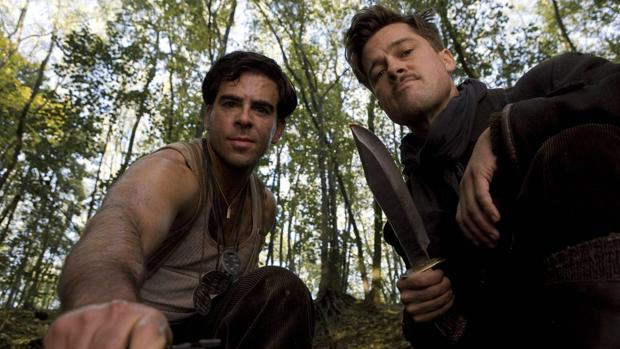 Brad Pitt (derecha) junto a Eli Roth (izquierda) en «Malditos bastardos»