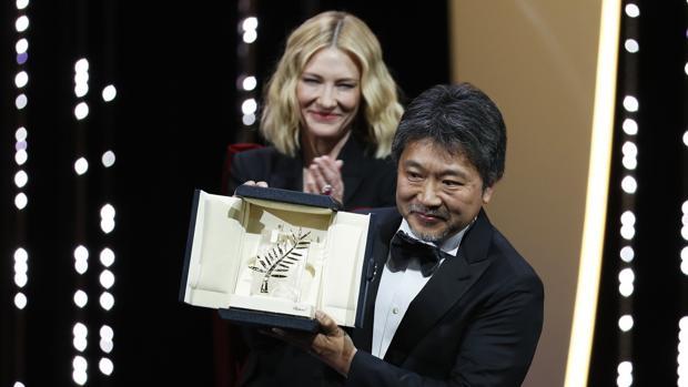 El director Hirokazu Kore-eda, Palma de Oro por «Shoplifters», tras recibir su premio de manos de Cate Blanchett
