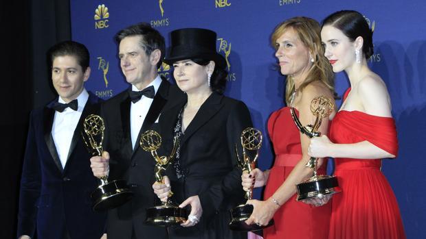 El equipo de «La maravillosa Señora Maisel», en los Premios Emmy