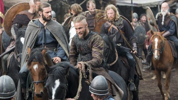Ragnar (Travis Fimmel, en el centro), junto a varios de los principales vikingos de las primeras temporadas: Rollo (Clive Standen), Torstein (Jefferson Hall) y Floki (Gustaf Skarsgard)