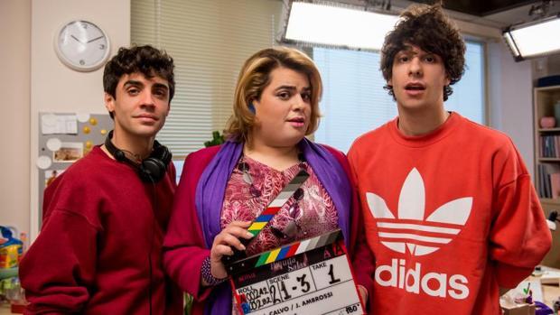 Javier Calvo y Javier Ambrossi, junto a Brays Efe en la grabación de la segunda temporada de «Paquita Salas»
