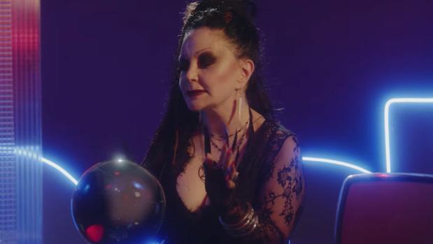 Alaska protagoniza el vídeo de promoción de «Stranger Things» basado en «La bola de cristal»
