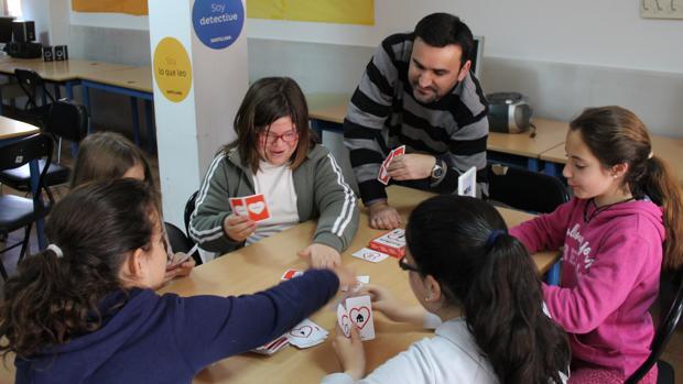 Manuel Sánchez jugando con algunos de sus alumnos