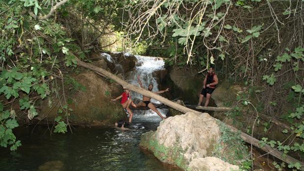 Un grupo de jóvenes se dispone a darse un baño en esta zona tan concurrida de la Sierra Norte