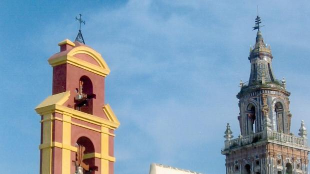 A la izquierda, la espadaña del convento de las Carmelitas Descalzas de Écija