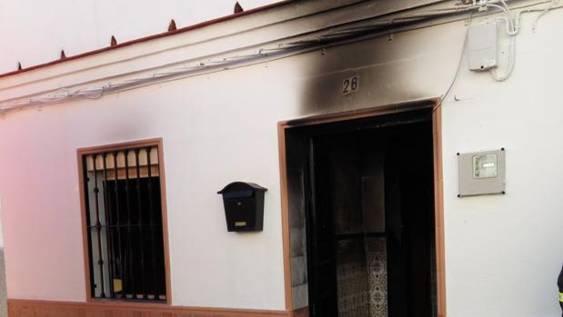 Un bombero acude a un incendio en Guillena sin el traje porque «está en la lavandería»