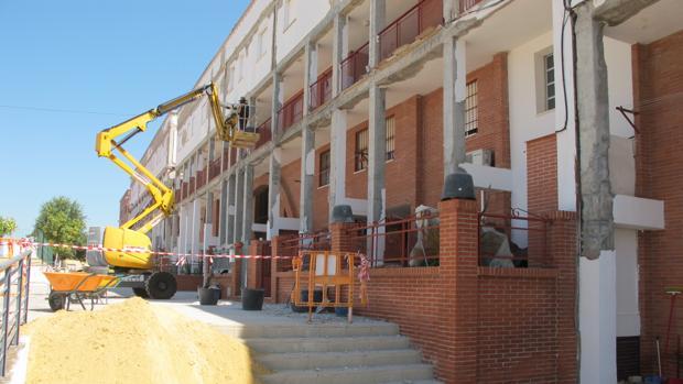 Obras de mantenimiento de fachadas en los edificios de viviendas sociales de la barriada Antonio Machado