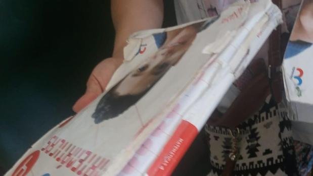 Estado en el que se encuentra uno de los libros que se ha entregado en el colegio Posadas Carvajal de Huévar