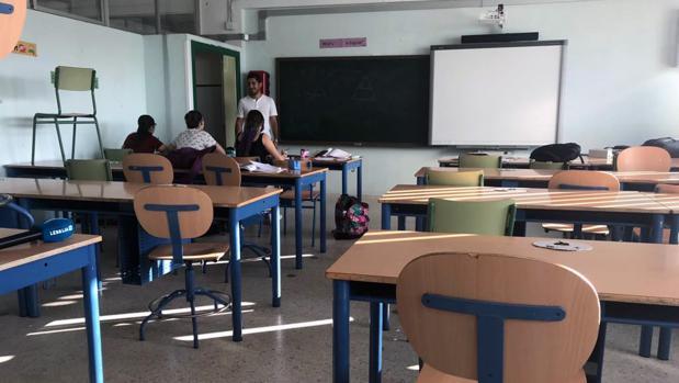 Una de las aulas del IES Bajo Guadalquivir prácticamente vacía de alumnos en la jornada del viernes