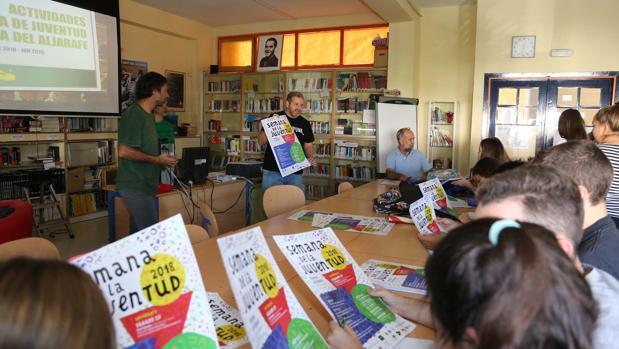 El delegado de Juventud, Julián Guerra, presenta, junto a técnicos municipales, la programación juvenil a delegados del IES Atenea