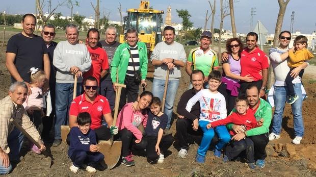 Los integrantes de la asociación disfrutaron de un agradable día en familia plantando los árboles