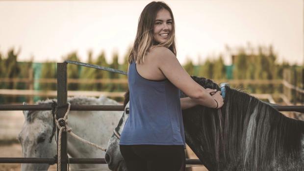 La joven Miriam Luque es trenzadora equina, una afición que aprendió de forma autodidacta