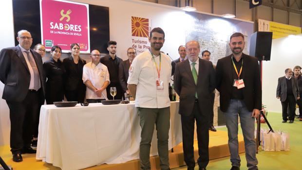 El presidente de la Diputación de Sevilla junto al chef Enrique Sánchez, este pasado miércoles en Fitur