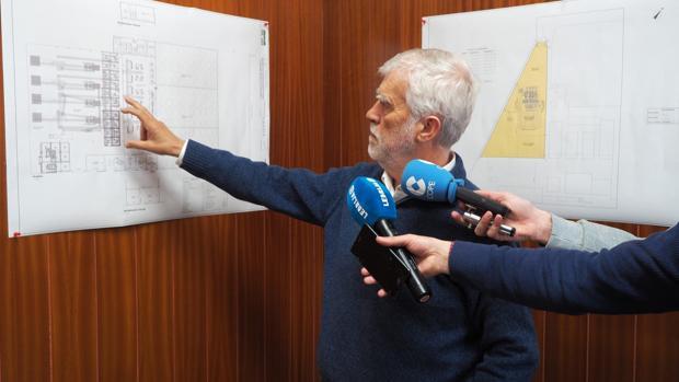 El ingeniero industrial Mariano Orte explica sobre plano los pormenores del proyecto