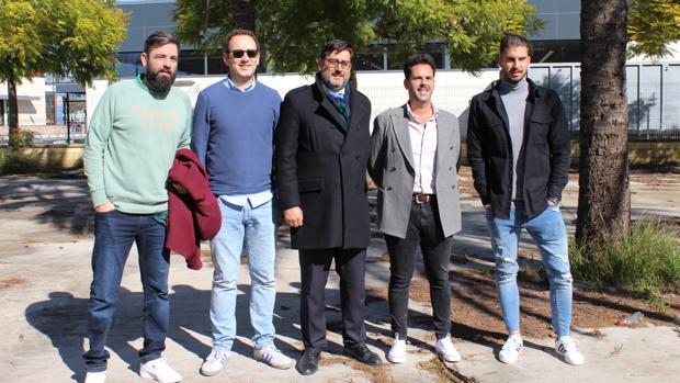 El alcalde de Utrera, junto a los empresarios que van a impulsar la apertura de esta nueva terraza