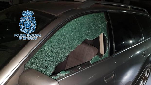 Los ladrones parten los cristales de los coches para llevarse cualquier cosa de valor