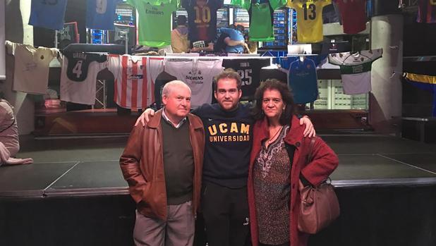Carlos Ojeda junto a sus padres en una de las exposiciones que ya ha realizado