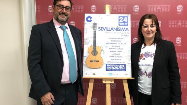 El alcalde de Utrera y la delegada de Cultura posan con el cartel de la gala «Sevillanísima»