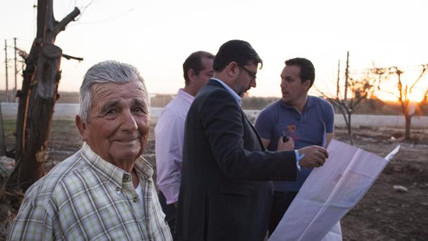 Antonio ha recibido la visita del alcalde de Utrera para comunicarle que podrá seguir cuidando el parque