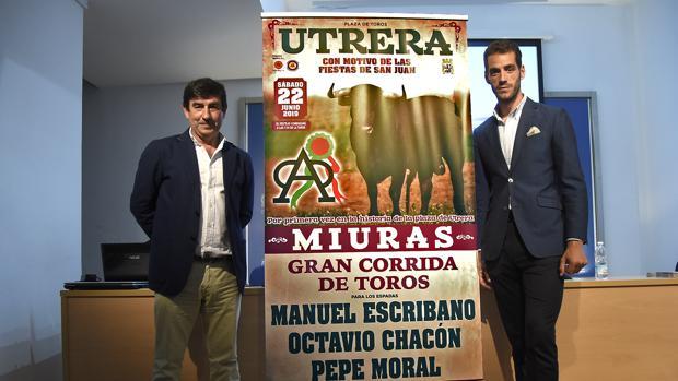En la imagen, el torero Pepe Moral junto al empresario Carmelo García, flanqueando el cartel de la hiostórica corrida de Miura, que ha sido presentada en la Casa de la Cultura de Utrera