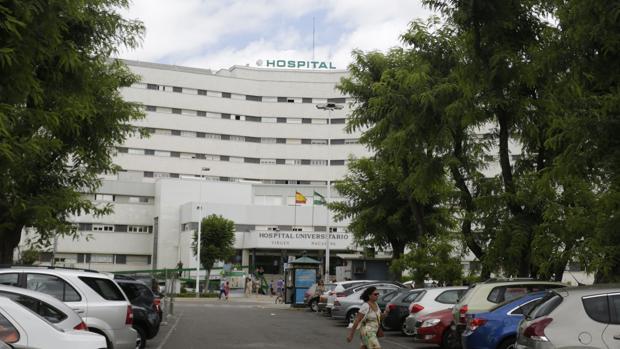 Fachada del hospital Virgen Macarena donde fue ingresada la mujer tras la agresión