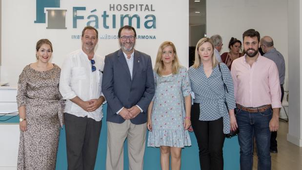 En la imagen, José Antonio Méndez Ferrer, gerente de hospital Fátima, el alcalde de Carmona y parte de su equipo de gobierno