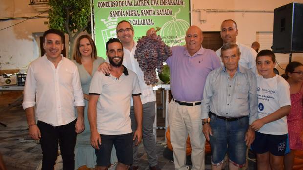 Sebastián Gómez, segundo por la derecha, posa junto al racimo ganador