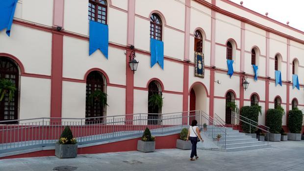 La fachada del edificio consistorial no se ha visto afectada por la nueva construcción
