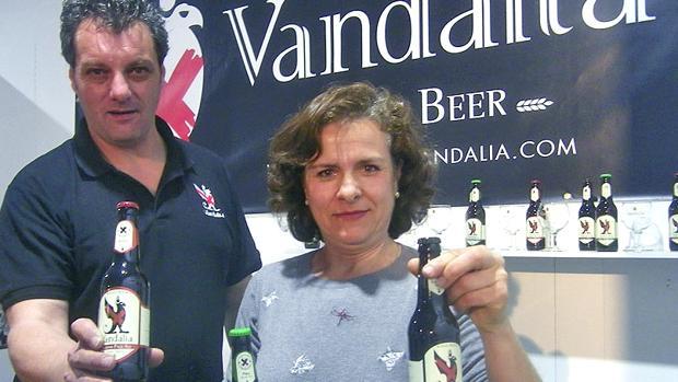 José María Vázquez, maestro cervecero de Vandalia, junto a Consuelo Sánchez, una de las propietarias