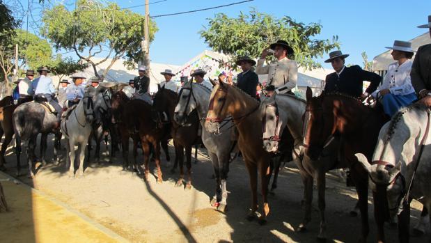 En la Feria de Lebrija suelen verse buenos ejemplares de caballos y sus jinetes ataviados como corresponde