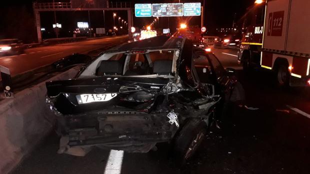 Uno de los vehículos implicados en el accidente ocurrido en la SE-30 en la noche del viernes