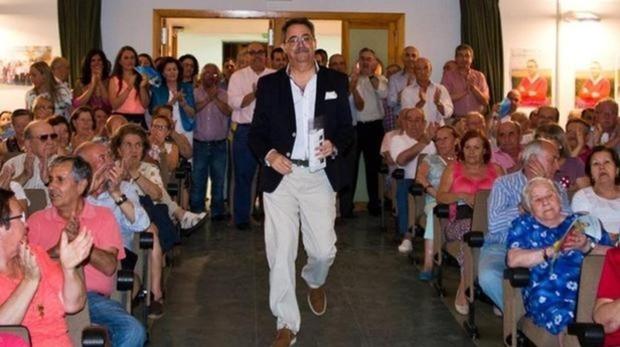 El alcalde inhabilitado, Eustaquio Castaño (GIS), en la entrada a un acto