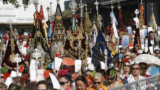 Romeros durnate la celebración del Pontifical en la Plaza del Real del Rocío