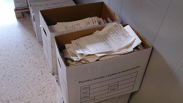 Cajas apiladas con los documentos a la vista en la sala de espera