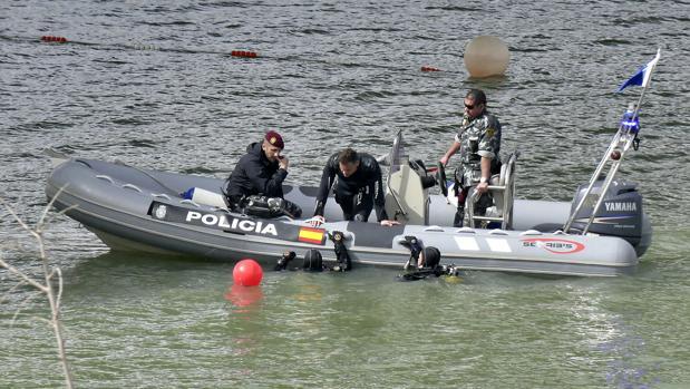 Los buzos de la Policía durante la última búsqueda de Marta del Castillo en el río Guadalquivir