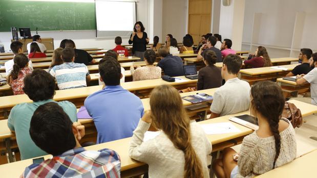 Cada año salen más de 10.000 universitarios de las universidades de Sevilla