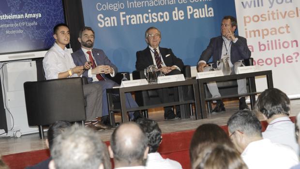 Juan Estheiman, Luis Rey, José Isaías Rodríguez y Juan Espadas, ayer, en la mesa redonda