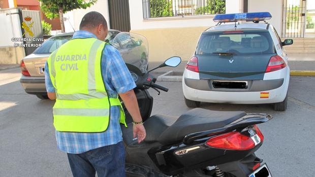 La recuperación de una moto robada por un menor puso a los agentes tras la pista de los jóvenes