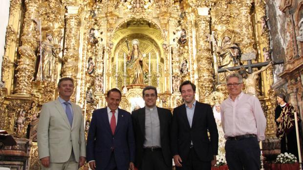 Francisco Arteaga, Antonio Pascual, Francisco Román, Carlos López y Miguel Ángel López ante el retablo mayor