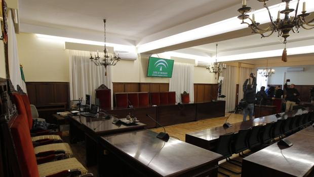 Últimos preparativos en la sala donde se celebrará el juicio
