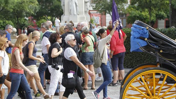 Turistas en Sevilla, junto a un guía