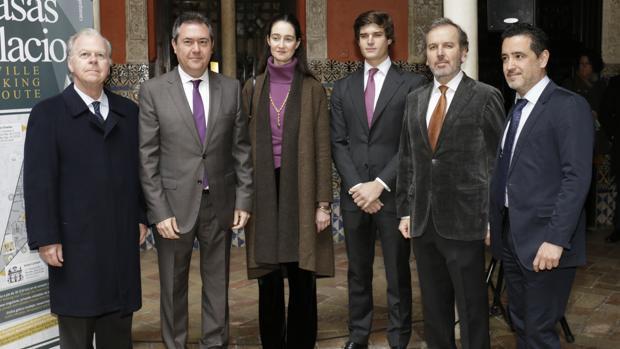 Los propietarios de las residencias, junto al alcalde Juan Espadas