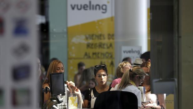 Usuarios de Vueling ante el mostrador de facturación